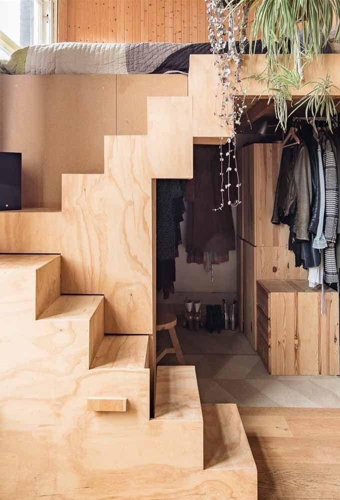 Em casas pequenas, o mezanino é uma forma inteligente de aproveitar os espaços; aqui, a parte de cima abriga a cama e a parte de baixa funciona como um closet
