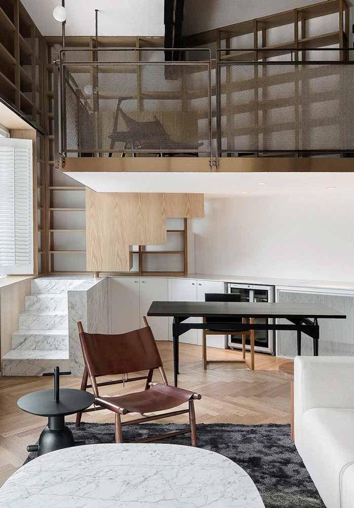 A casa pequena, mas elegantemente decorada, conta com um mezanino para abrigar o home office