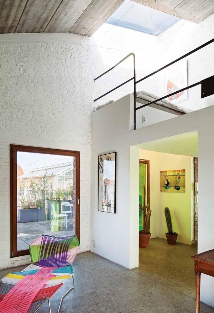 A casa de tijolinhos e forro de madeira possui um mezanino charmoso com direito até a teto translúcido para aumentar a luminosidade natural