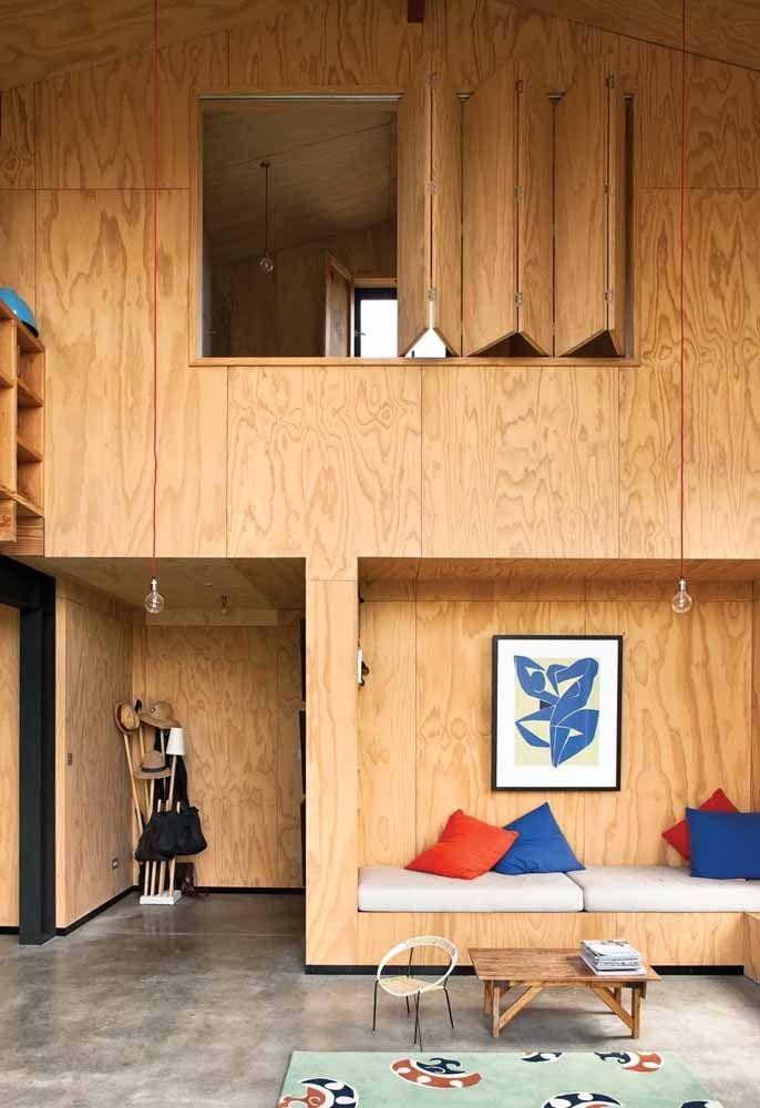 Nesse projeto, o mezanino todo fechado se transformou em um novo cômodo para casa