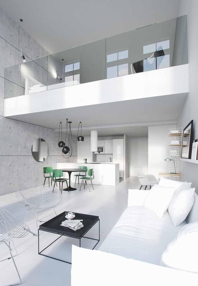 Toda clean e moderna, essa casa apostou no uso do mezanino para montar o quarto