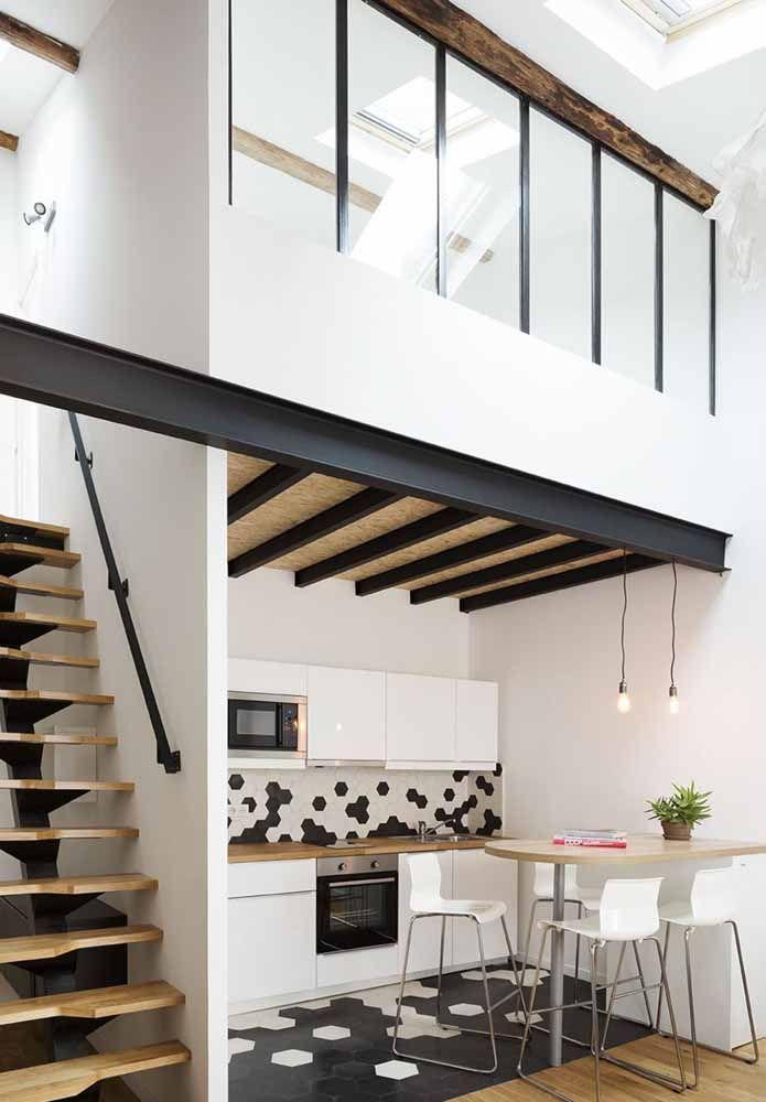 Repare que mesmo com o mezanino a cozinha continua com uma altura razoável de pé direito