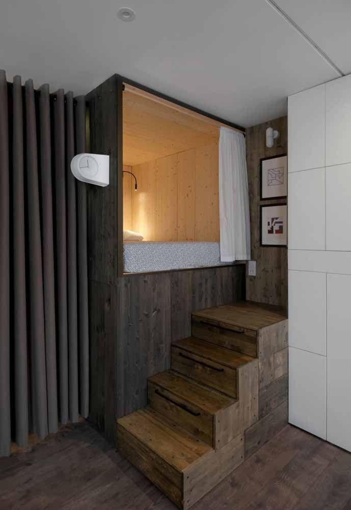 Nesse quarto, o mezanino foi construído na altura do piso térreo, mas mesmo com a pequena elevação já é possível otimizar o espaço