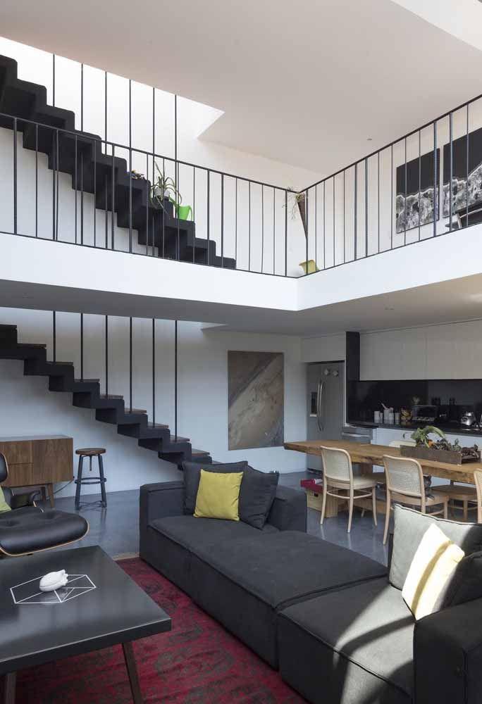 Imagina essa sala sem o mezanino: no mínimo, sem graça, veja como ele aproveita o espaço com estilo por meio do corredor de passagem