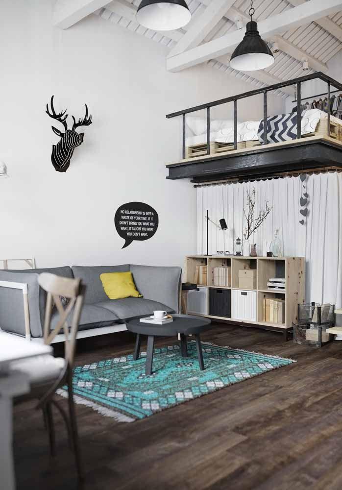 Essa casa com influência da decoração escandinava usou o mezanino como quarto