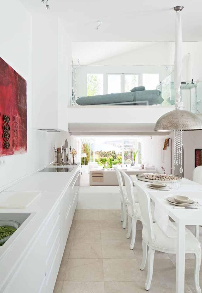O mezanino-quarto dessa casa foi construído entre a cozinha e a sala de estar