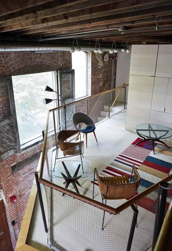 Sala de estar montada no mezanino e decorada com muita personalidade