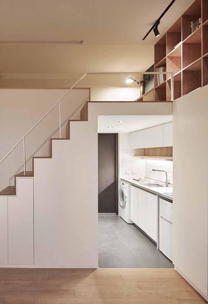 Nessa casa não é só o mezanino que tem a função de otimizar espaço, a escada também