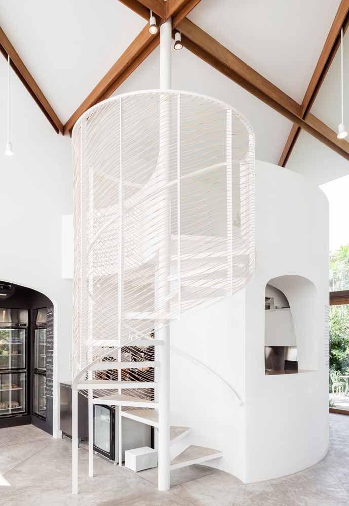Aqui, o projeto da escada se destaca mais do que o próprio mezanino