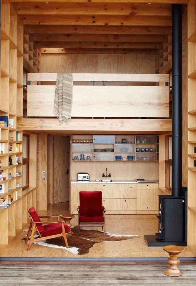 Uma casa de madeira com mezanino de...madeira! O destaque desse projeto são os nichos embutidos nas paredes que seguem toda a altura da casa; mais uma maneira inteligente de aproveitar o espaço