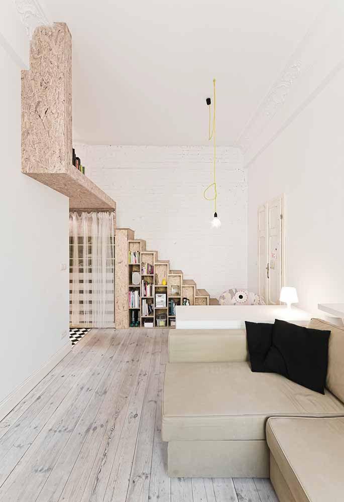 Mezanino de madeira; destaque para a escada toda cheia de nichos
