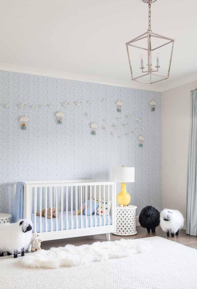 Enfeites, papel de parede azul bebê em um ambiente limpo