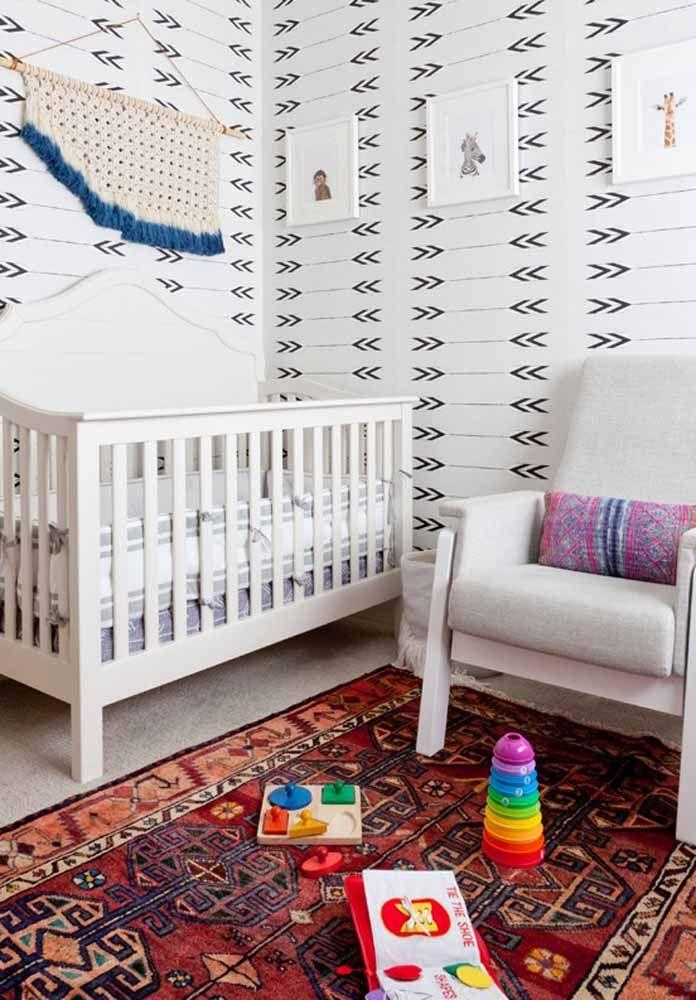 Quarto de bebê menino com tema animais contando ainda com um papel de parede com formatos triangulares