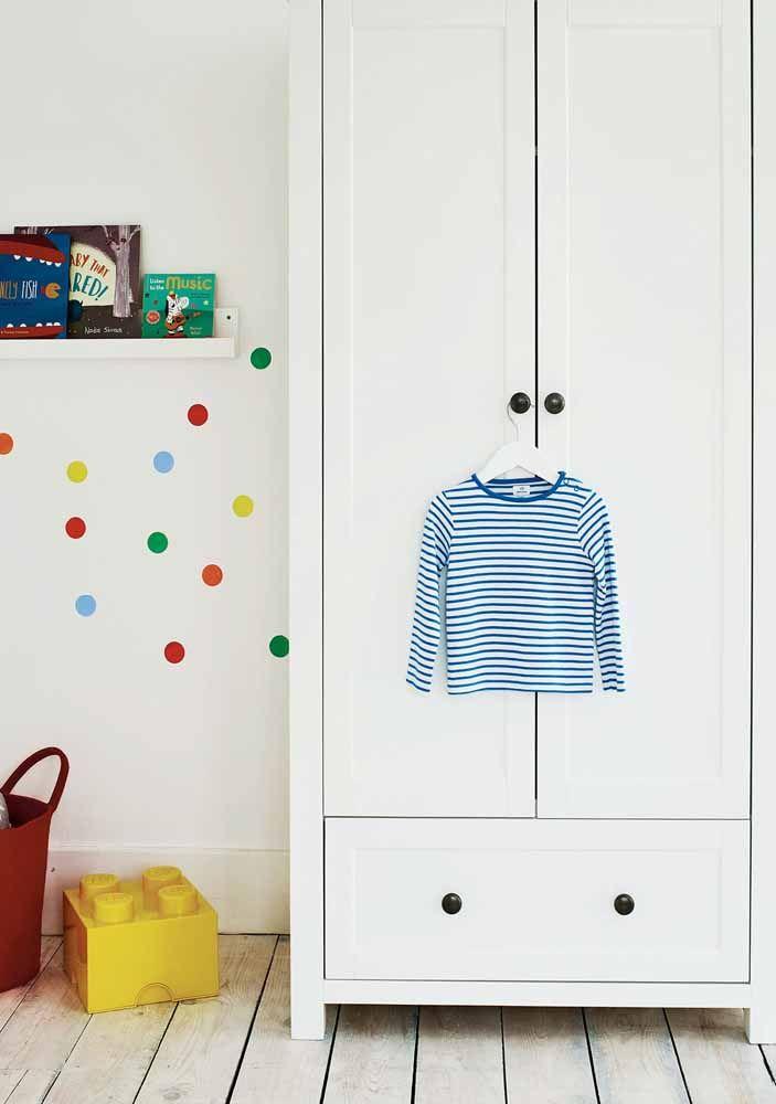 Tente optar por móveis, parede e piso off-white para contrapor os detalhes coloridos.
