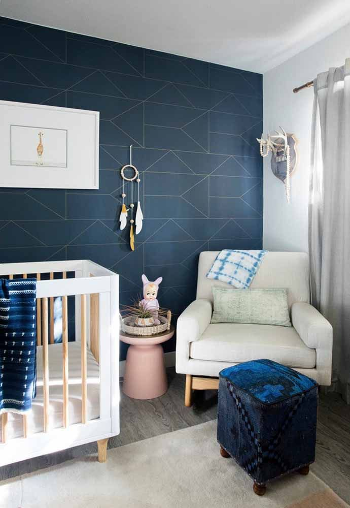 Mais sobriedade com o azul marinho em evidência no papel de parede instalado nesse quarto
