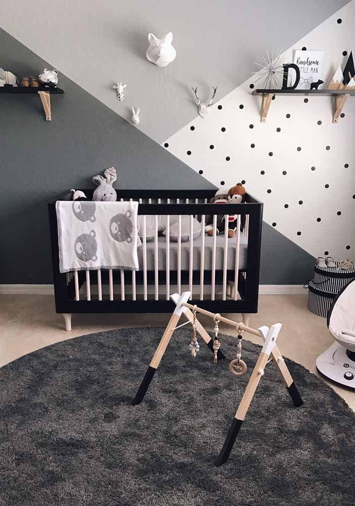 Quarto de bebê menino com pintura geométrica monocromática