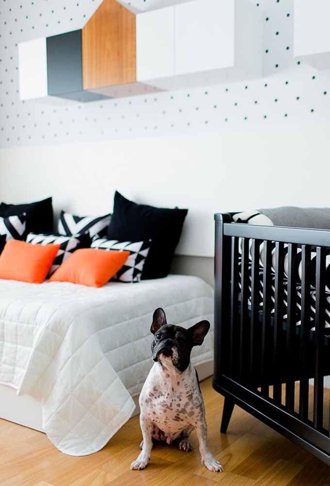 Uma cama ao lado do berço deixa tudo mais confortável