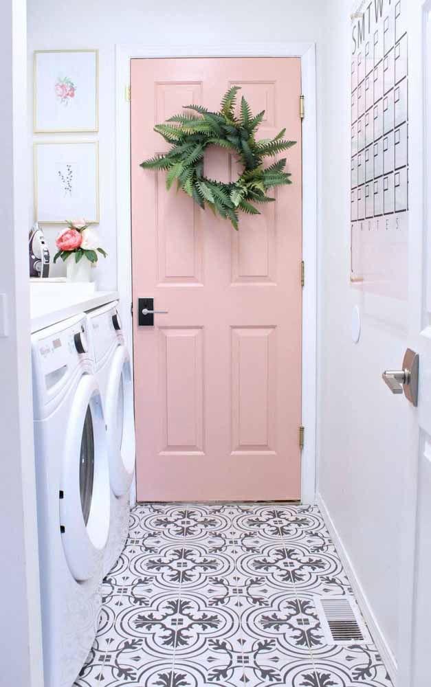 Na área de serviço o estilo vintage também marca presença; aqui ele fica por conta do piso e da porta cor de rosa