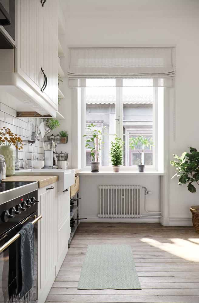 O branco traz o romantismo e a delicadeza do passado; já os armários de marcenaria clássica são os grandes responsáveis pelo ar vintage do ambiente