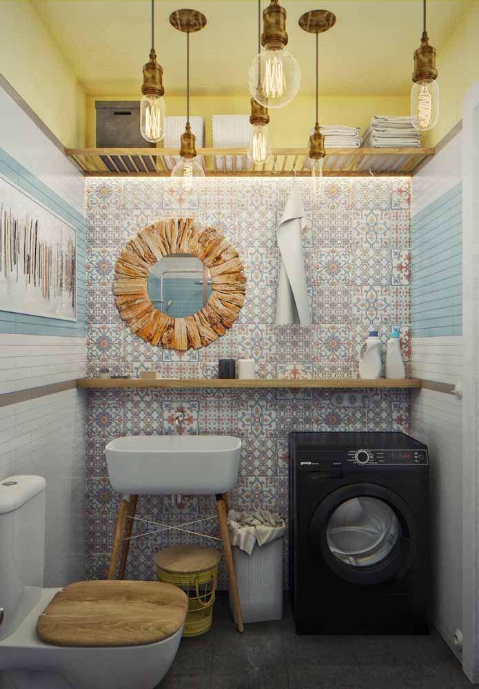 E na parede do banheiro você pode trazer o refrão de alguma música que marcou a década que inspira sua decoração