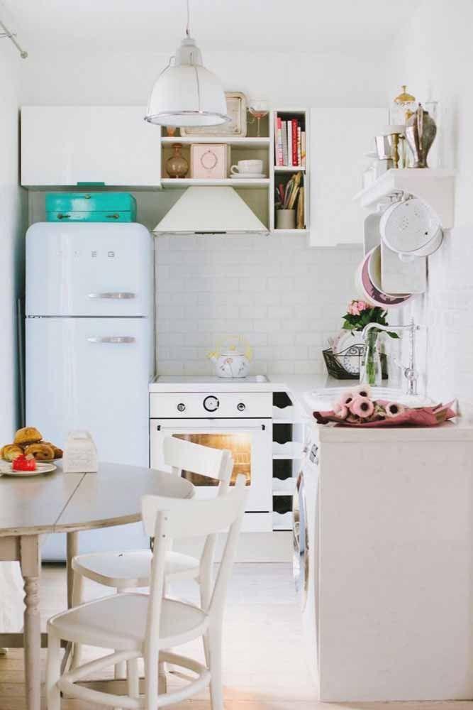 Uma geladeira retrô azul pastel repaginada para compor a decor saudosista dessa cozinha