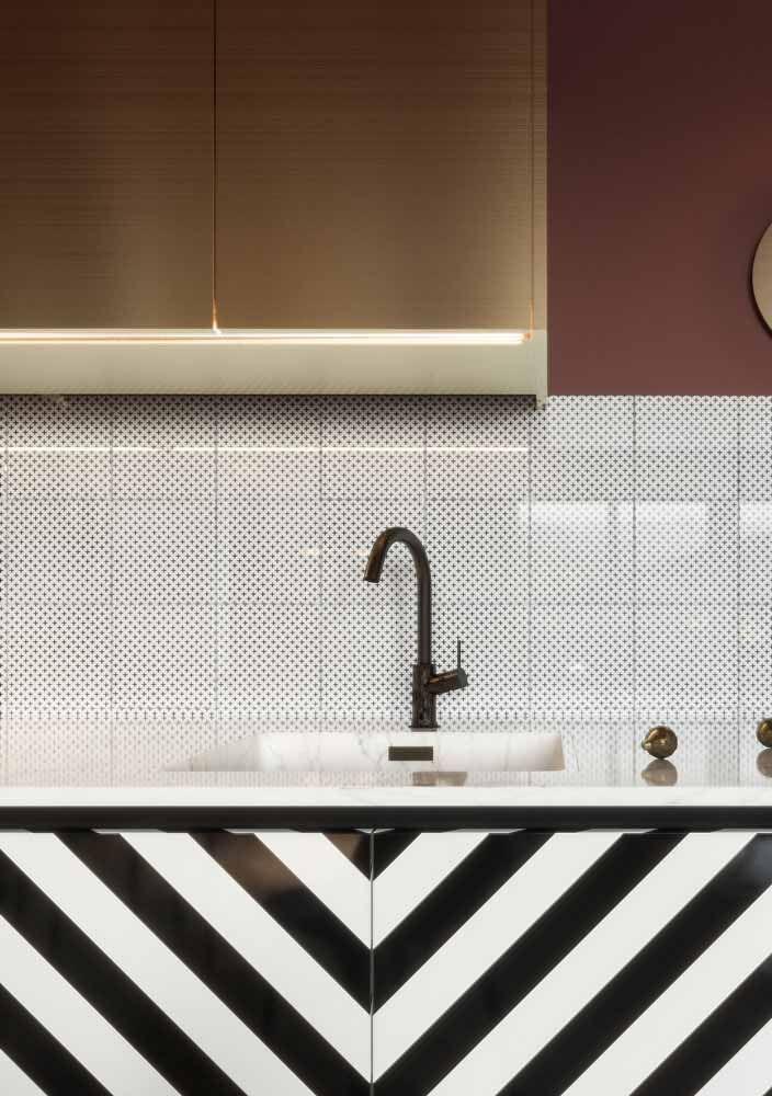 Se a grana estiver curta, improvise o estilo vintage envelopando móveis e eletrodomésticos