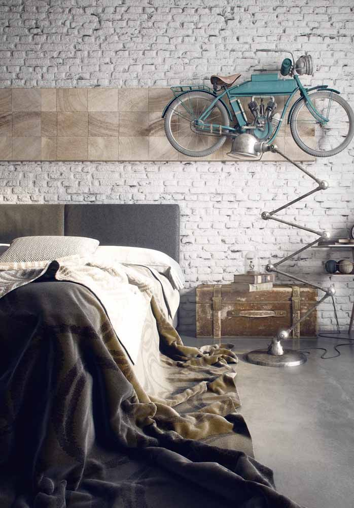 A motocicleta antiga pode não ter mais a sua função original, mas ela soube ser muito bem reaproveitada na decoração desse quarto