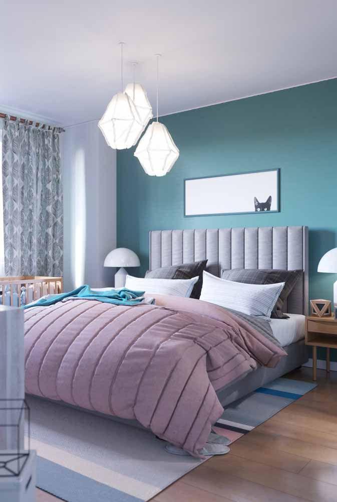 Ache os elementos vintage desse quarto; acertou se disse cortina, abajur e criado mudo; as cores também entram na lista