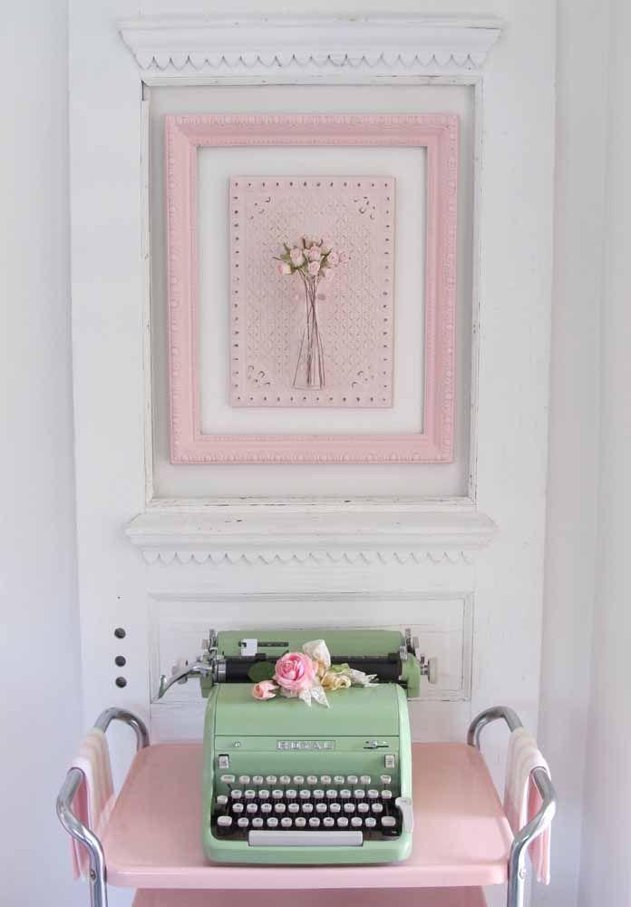 Máquina de escrever: uma boa opção de objeto vintage para a decor do quarto; flores também são a cara dessa época, não se esqueça delas