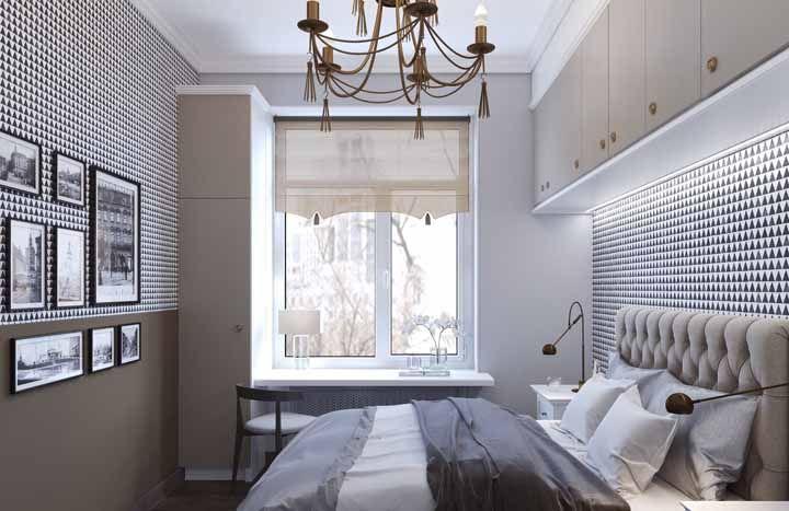 Esse quarto de casal apostou no papel de parede preto e branco e no lustre antigo para caracterizar a decoração vintage