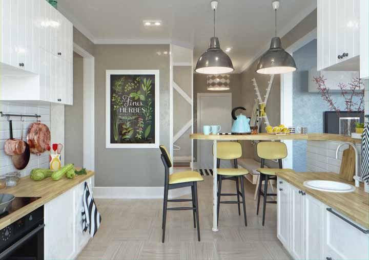 A cozinha é linda, mas são as panelas de cobre penduradas que roubam a cena