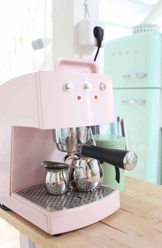 O rosa suave confere a essa cafeteira moderna o toque retrô necessário para completar a decoração