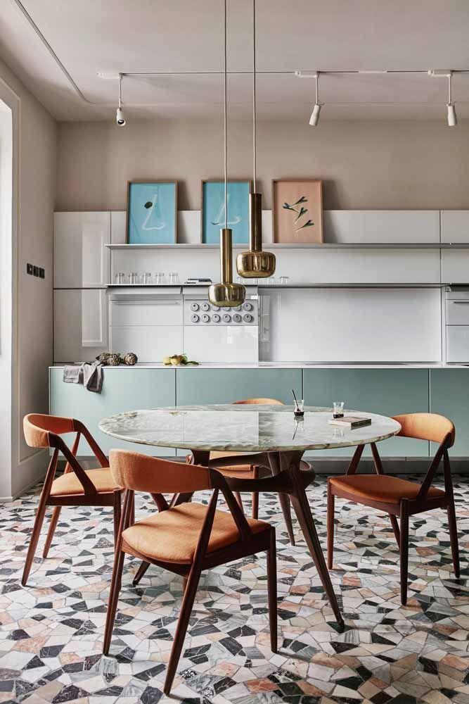 O chão de mosaico é todo inspirado nas casas de antigamente; sobre ele, móveis de design moderno e contemporâneo marcando o contraste de duas épocas
