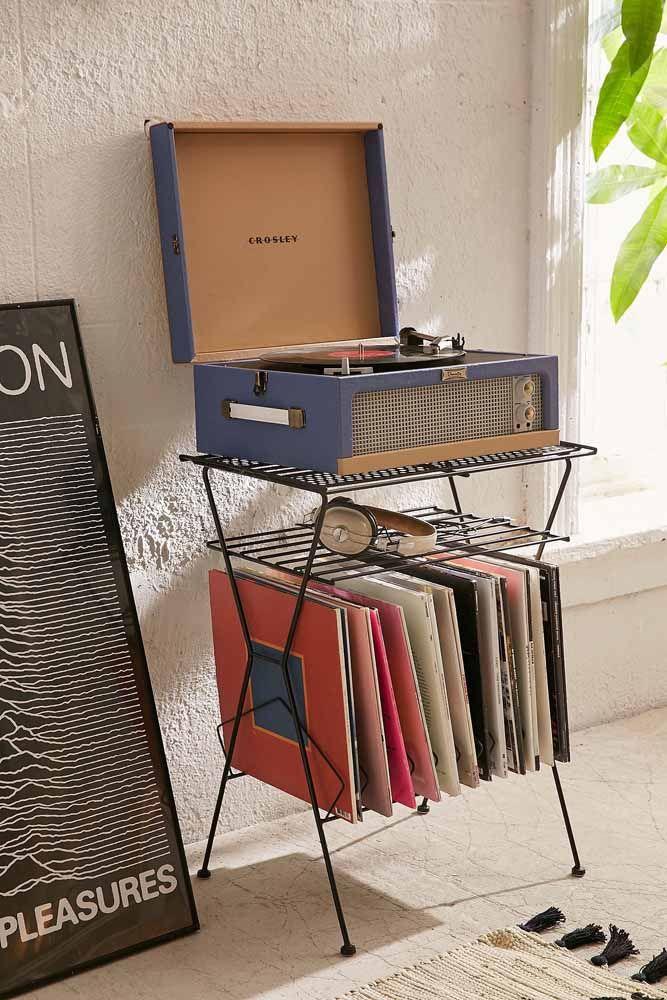 A vitrola e os discos antigos relembram com muito estilo os sucessos de décadas passadas