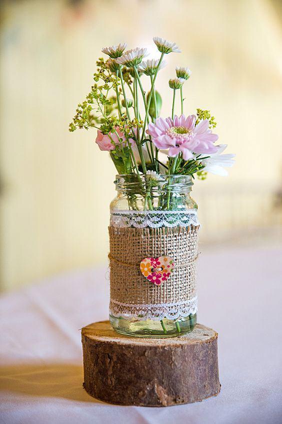 Linda decoração com o tecido em frasco colocado sob a mesa