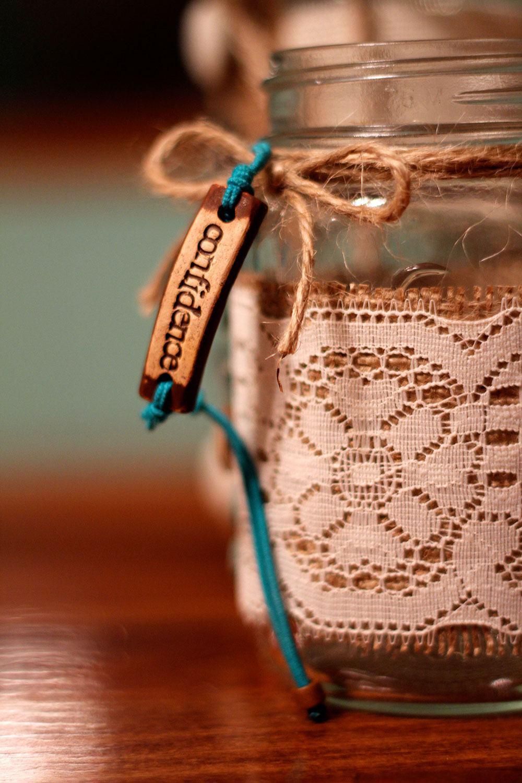 Frasco de vidro com laço de cordão e tecido de renda
