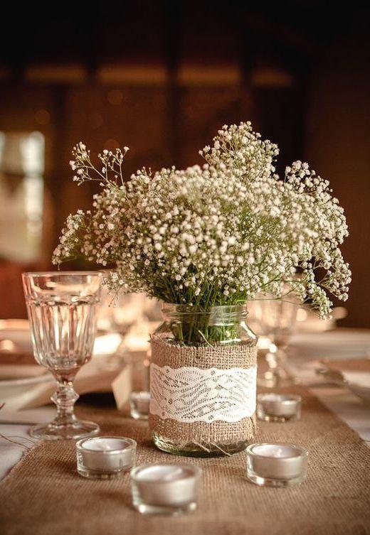 Vaso pequeno que combina com a mesa de casamento