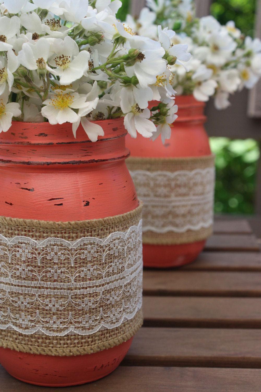 Vasos feitos de frascos pintados com renda