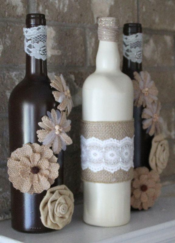 Garrafas decoradas com renda e flores de juta