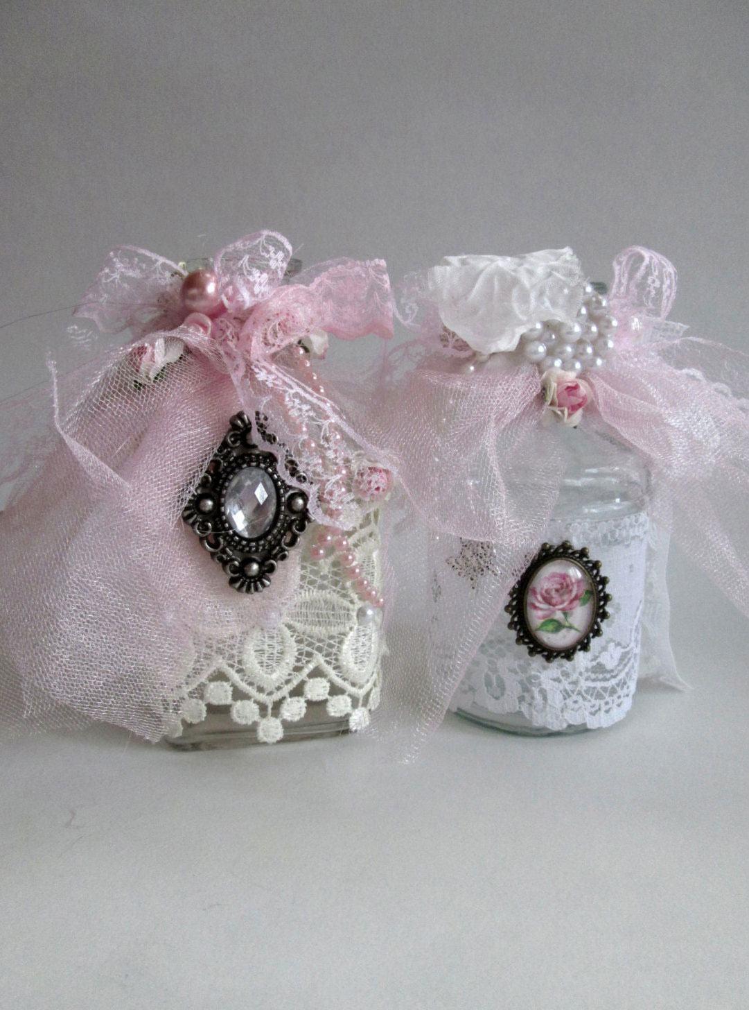 Lindos frascos decorados com renda e laços rosas com pérolas