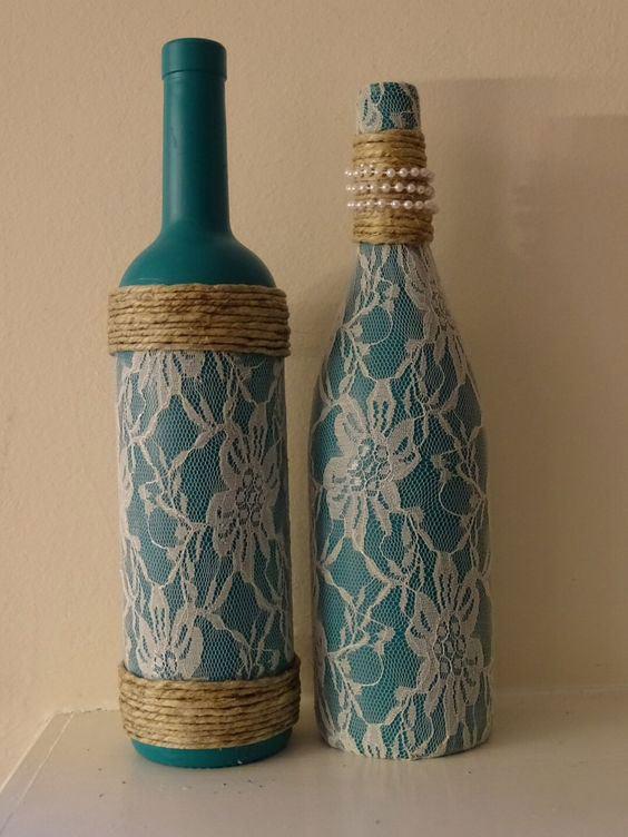 Garrafas pintadas com palha e tecido de renda