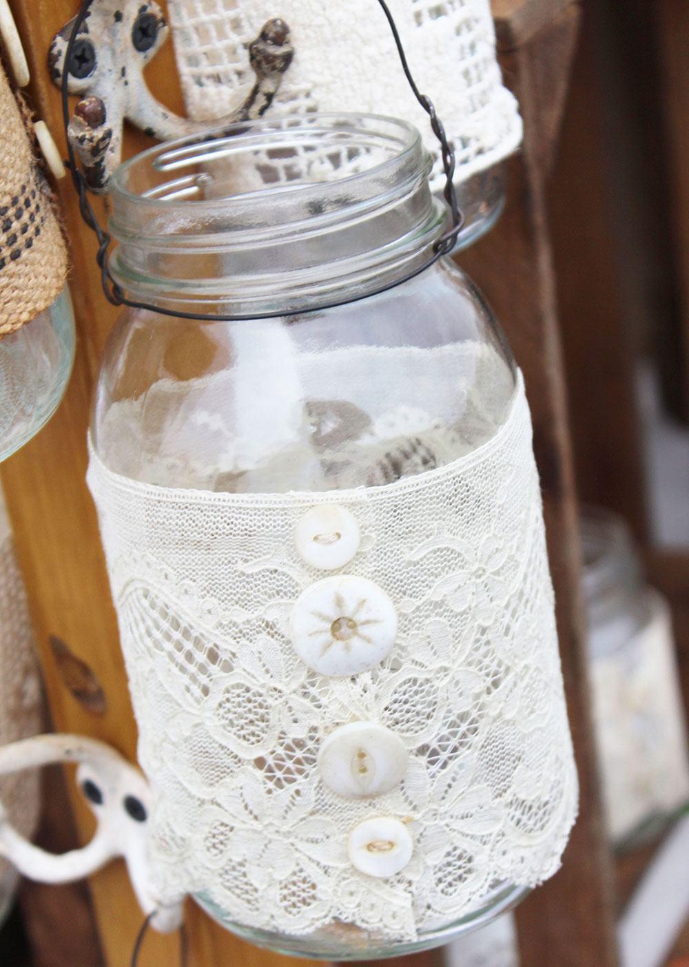 Para pendurar, frasco com haste metálica e tecido de renda com botões