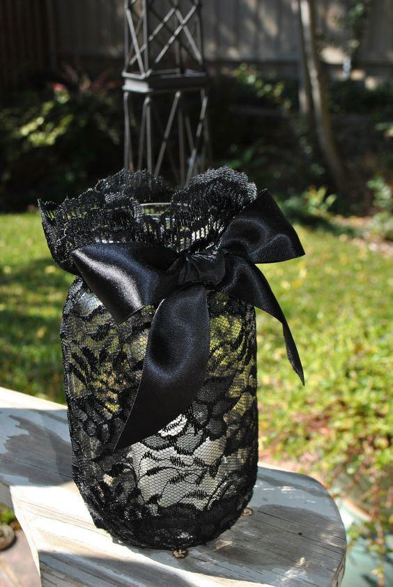 Frasco coberto por tecido de juta preto com laço