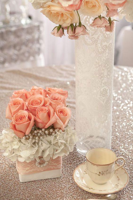 Vaso feito com garrafa de vidro comprida coberta por renda