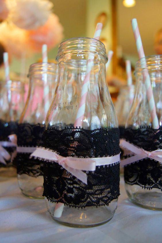 Copinhos para a festa com frasco de vidro, canudo colorido rosa e tecido de renda preta