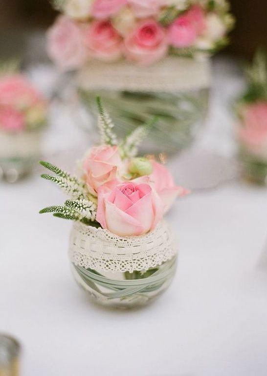 Pequeno frasco redondo de vidro para decorar a mesa de casamento