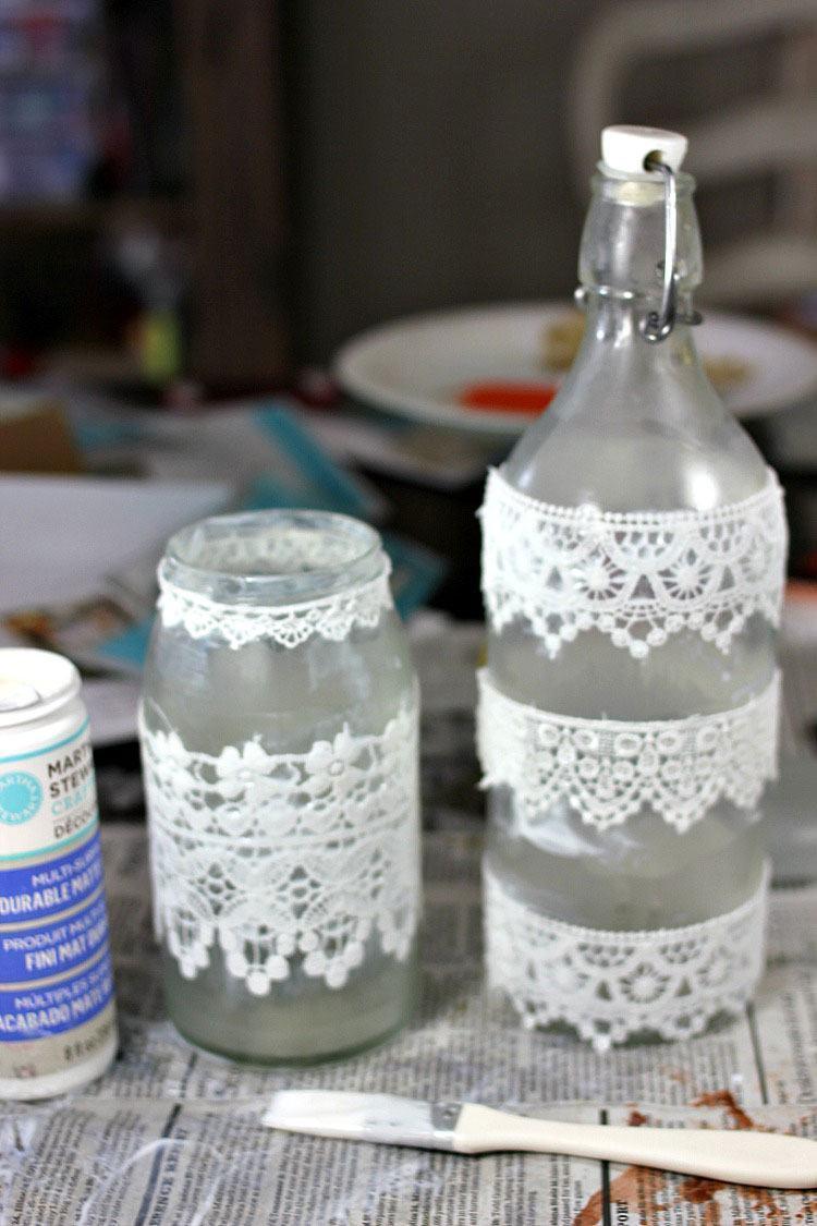 Renda de plástico colada nos frascos de vidro