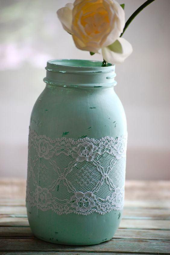 Frasco pintado com tinta verde água e renda