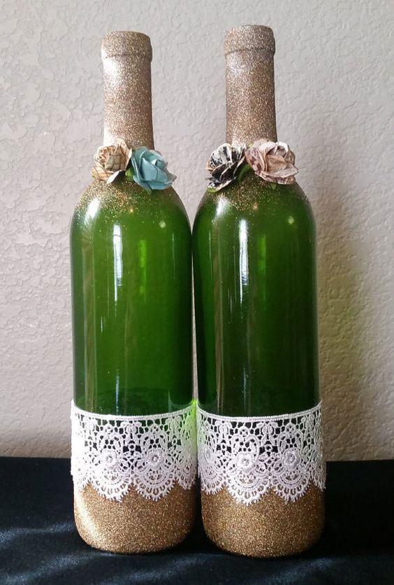 Garrafas de vidro com glitter, flores e tecido de renda