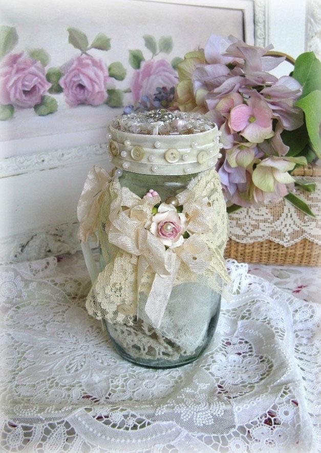 Frasco para guardar objetos com tecido de renda e laço com flor no centro
